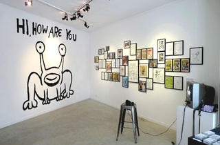 (Daniel Johnston, 'Mural Hi How Are You' / Vue de l'exposition 'Welcome to my World!', avril 2014 / © Daniel Johnston / Courtesy Arts Factory)
