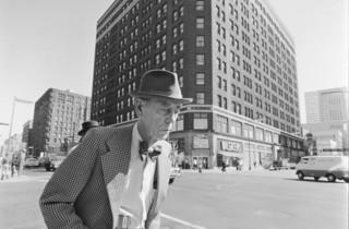 (Tom Arndt, 'Man with a bow tie', 6th Hennepin, Minneapolis, Minnesota, 1975 / © Tom Arndt / Courtesy Les Douches la Galerie)