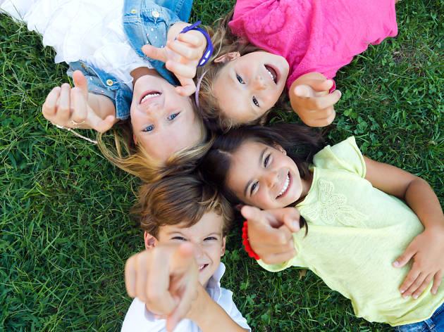 Niños en la hierba