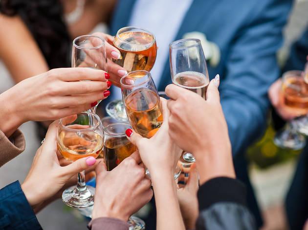 1c5dfbe8d0212 Bares y espacios de Barcelona para organizar fiestas en pequeño o gran  comité y estar a vuestro aire con los amigos y la familia