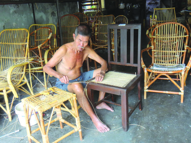 Learn to weave a rattan basket at Thean Seng Huat