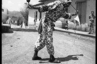 (Carlos Cruz-Diez, 'Los Diablos de Yare', San Francisco de Yare, Miranda, Venezuela, 1951 / © Carlos Cruz-Diez)