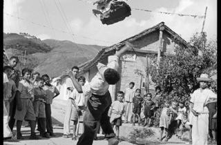 (Carlos Cruz-Diez, 'La Piñata', El Hatillo, Miranda, Venezuela, 1953 / © Carlos Cruz-Diez)