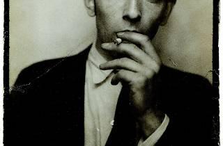 (Jacques-André Boiffard, 'Autoportrait dans un photomaton', vers 1929 / Photo : © Centre Pompidou, MNAM / CCI, Dist. RMN-GP / G. Meguerditchian / © Mme Denise Boiffard)