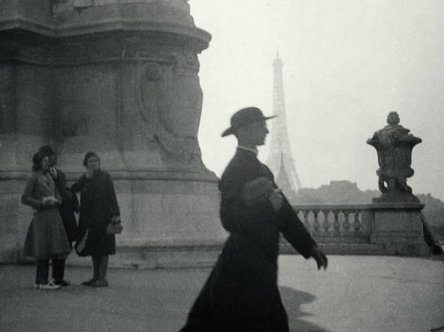 (Jacques-André Boiffard, 'Prêtre marchant sur le Pont Alexandre III', Paris, vers 1928 / © Mme Denise Boiffard)