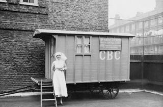 (Marie Stopes birth control clinic in caravan, with nurse, late 1920s © Wellcome Library, London)