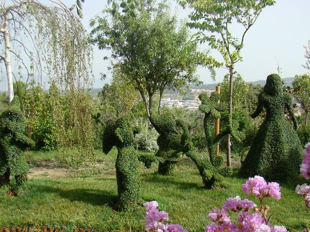 Pasear entre las 300 esculturas verdes de El Bosque Encantado