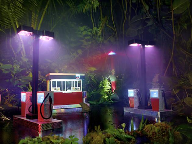 (David LaChapelle, 'Gas Chevron', 2012 / Courtesy de l'artiste et galerie Daniel Templon, Paris)