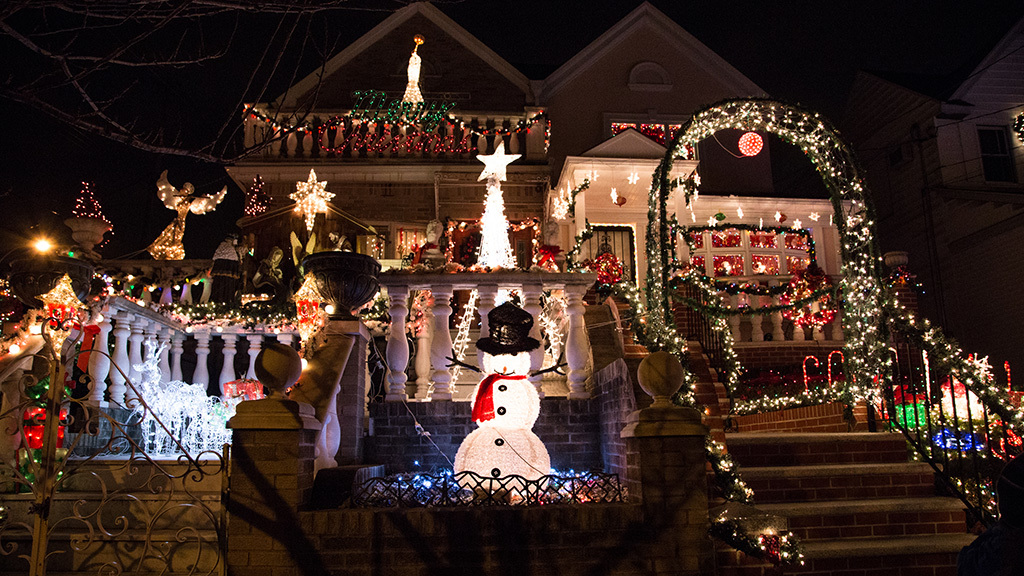 25 crazy photos of the Dyker Heights Christmas Lights 2014