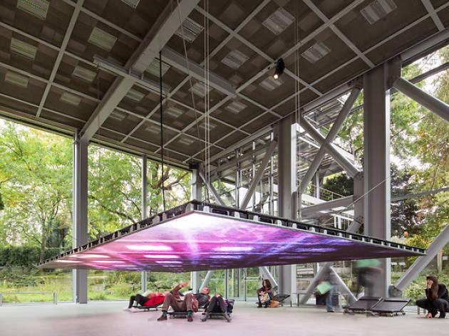 (Exposition 'Mémoires vives' à la Fondation Cartier / Ballade pour une boîte de verre de Scofidio & Renfro / Photo : © Luc Boegly )