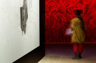 (Exposition 'Mémoires vives' à la Fondation Cartier / 'Les Habitants' de Guillermo Kuitca / Photo : © Luc Boegly)