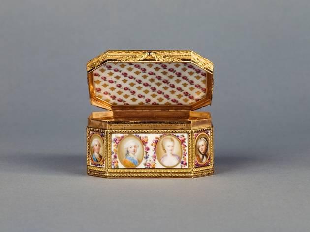 (Paul-Nicolas Ménière, 'Tabatière ornée des portraits de la famille royale', 1775 / © Carole Rabourdin / Musée Cognacq-Jay / Roger-Viollet )