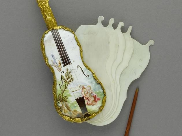 (Anonyme, 'Carnets de bal en forme de violons', c. 1750 / © Carole Rabourdin / Musée Cognacq-Jay / Roger-Viollet )