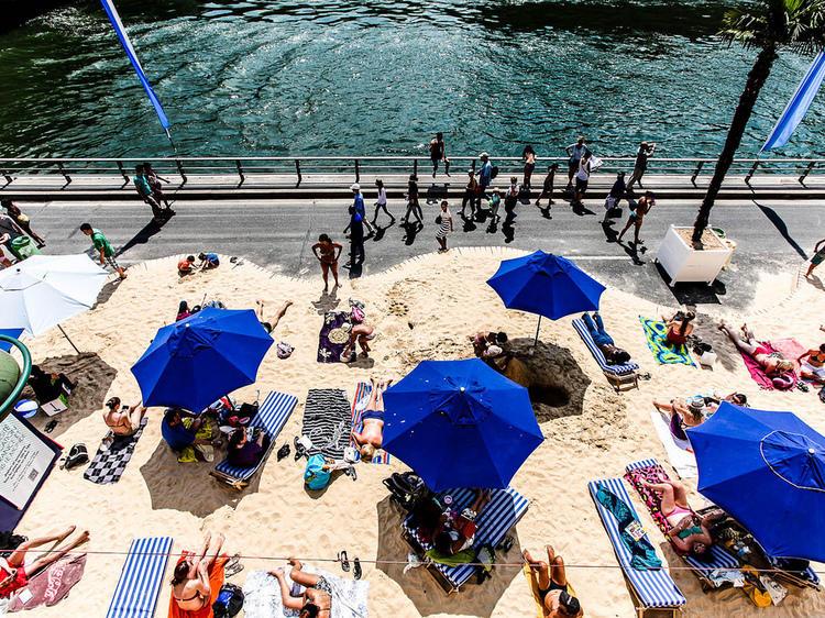 Vacances • Faire des châteaux de sable à Paris Plages