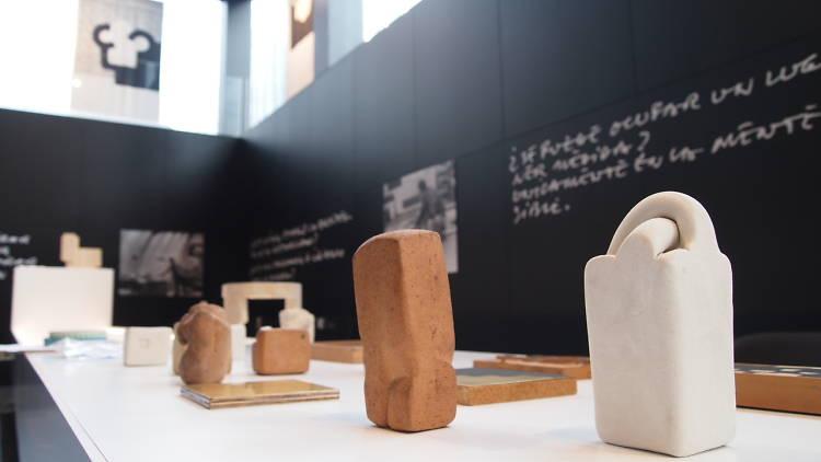 Muntatge de l'exposició Chillida, entre les formes