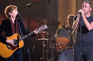 Beck y Chris Martin (Foto: Kevork Djansezian Cortesía Getty Images)