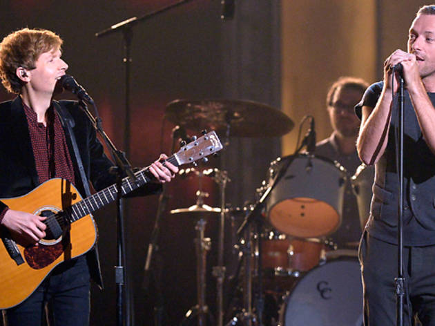 Beck y Chris Martin (Foto: Kevork Djansezian Cortesía Getty Images)