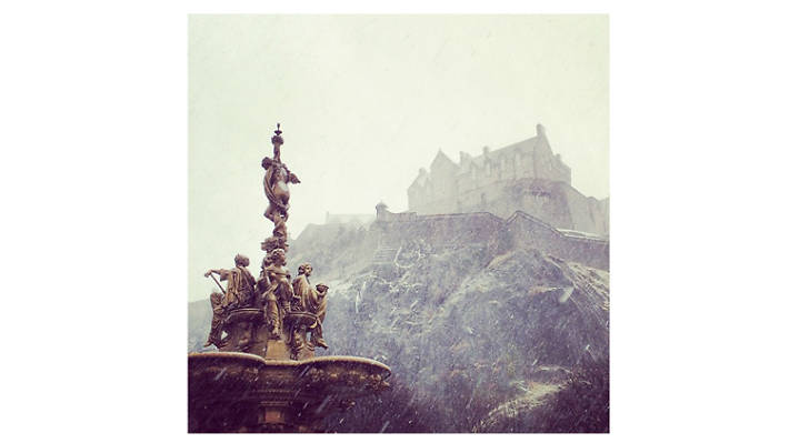 edinburgh castle princes street gardens snow