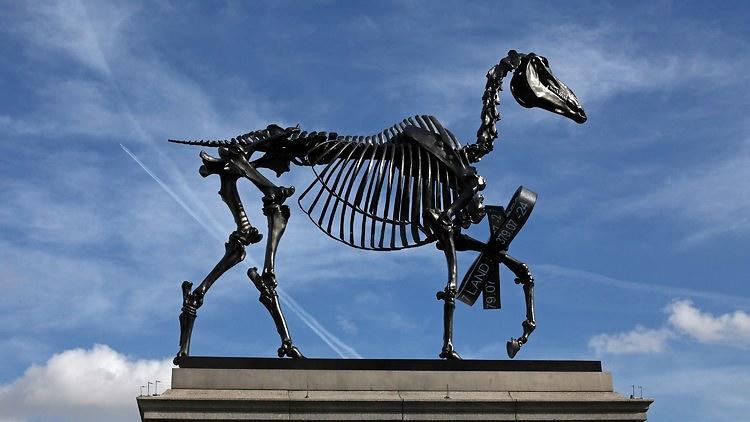 Hans Haacke: Gift Horse (2015)