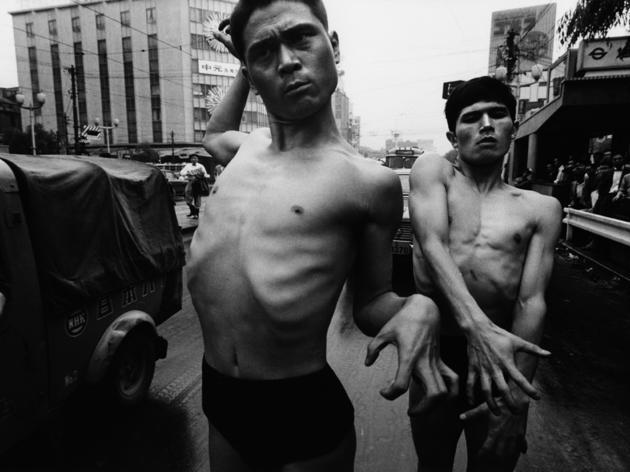 Danseurs de Butoh (© William Klein / Polka Galerie, Paris)