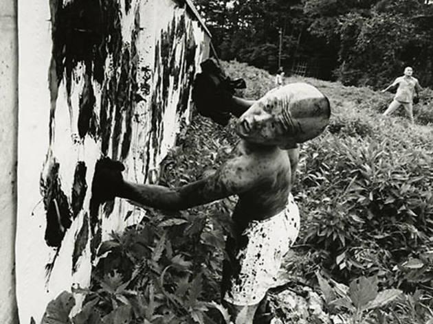 Boxeur peintre, Tokyo, 1961 (©William Klein / Polka Galerie, Paris)