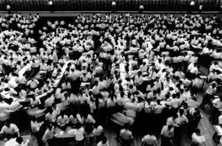 La Bourse de Tokyo, 1961 (© William Klein / Polka Galerie, Paris)
