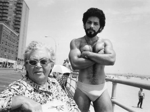 Arlene Gottfried ('Angel and Woman on Broadwalk in Brighton Beach', New York, 1976 / © Arlene Gottfried / Courtesy Les Douches La Galerie)