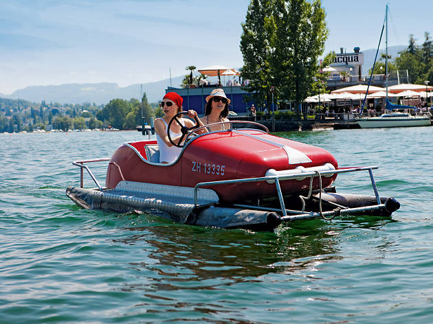 Hire lake pedalo on Lake Zurich