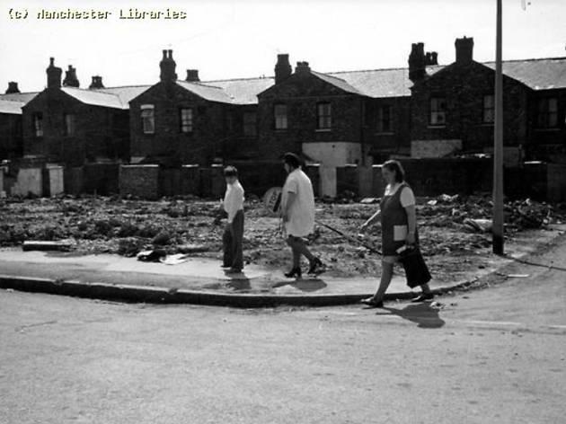 Children crossing Alison Road