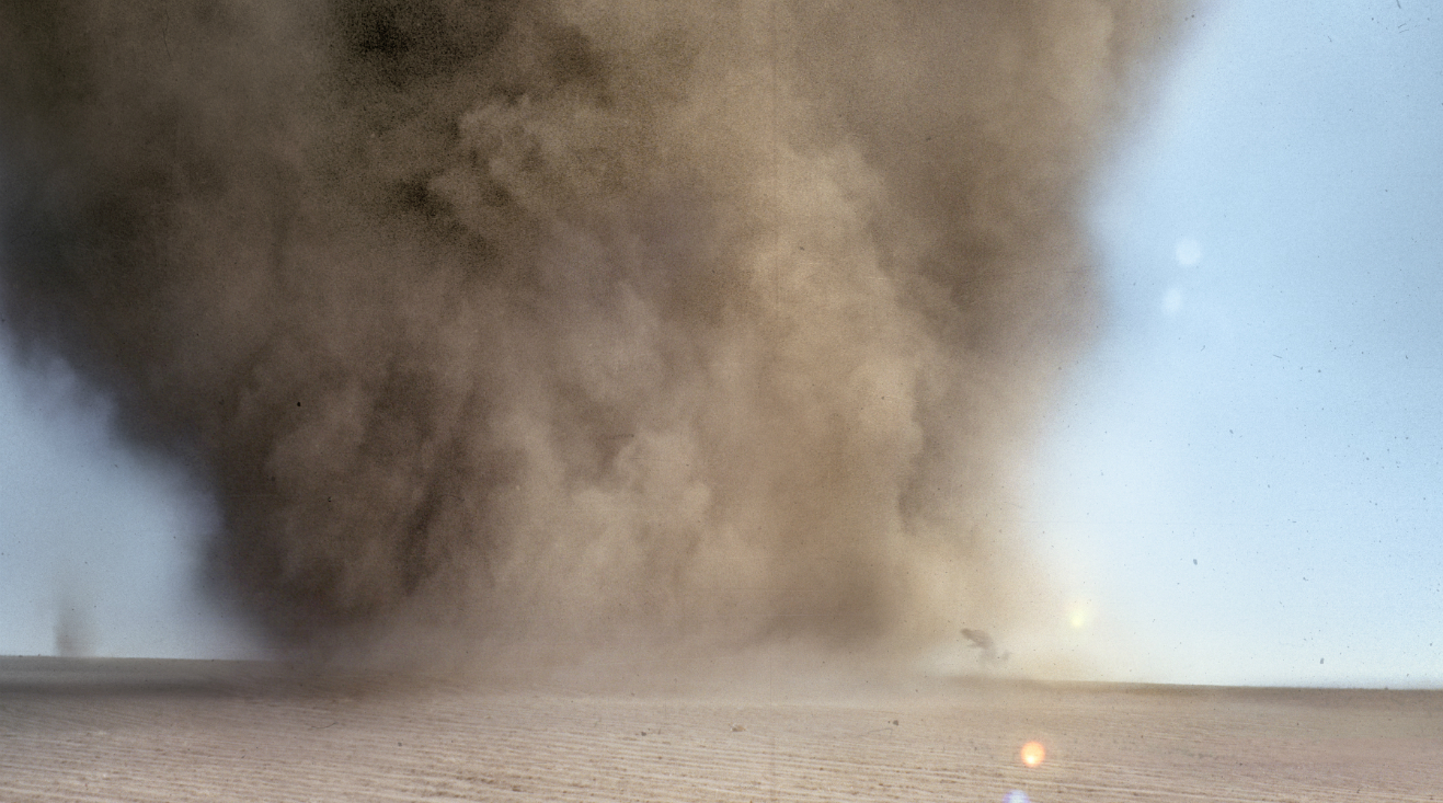 """<p><a href=""""http://www.timeoutmexico.mx/ciudad-de-mexico/arte-cultura/francis-alyus-relato-de-una-negociacion"""" target=""""_blank"""">Francis Alÿs</a> viajó a una zona en la que se generan muchos tornados y filmó sus intentos por correr dentro del ojo del huracán. Para el artista, la tormenta de polvo es una metáfora del colapso de un sistema político.</p>"""