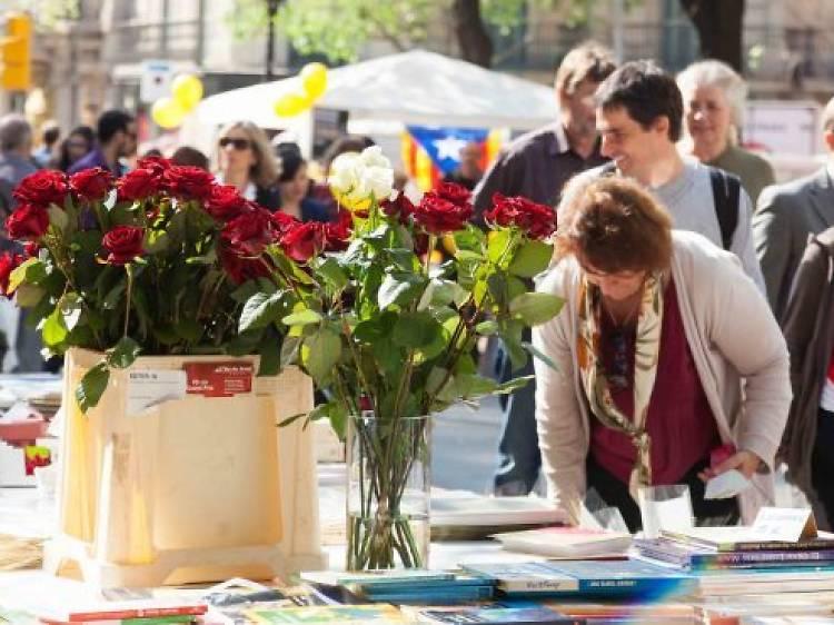 Comprar libros, y enamorarse, el Día de Sant Jordi