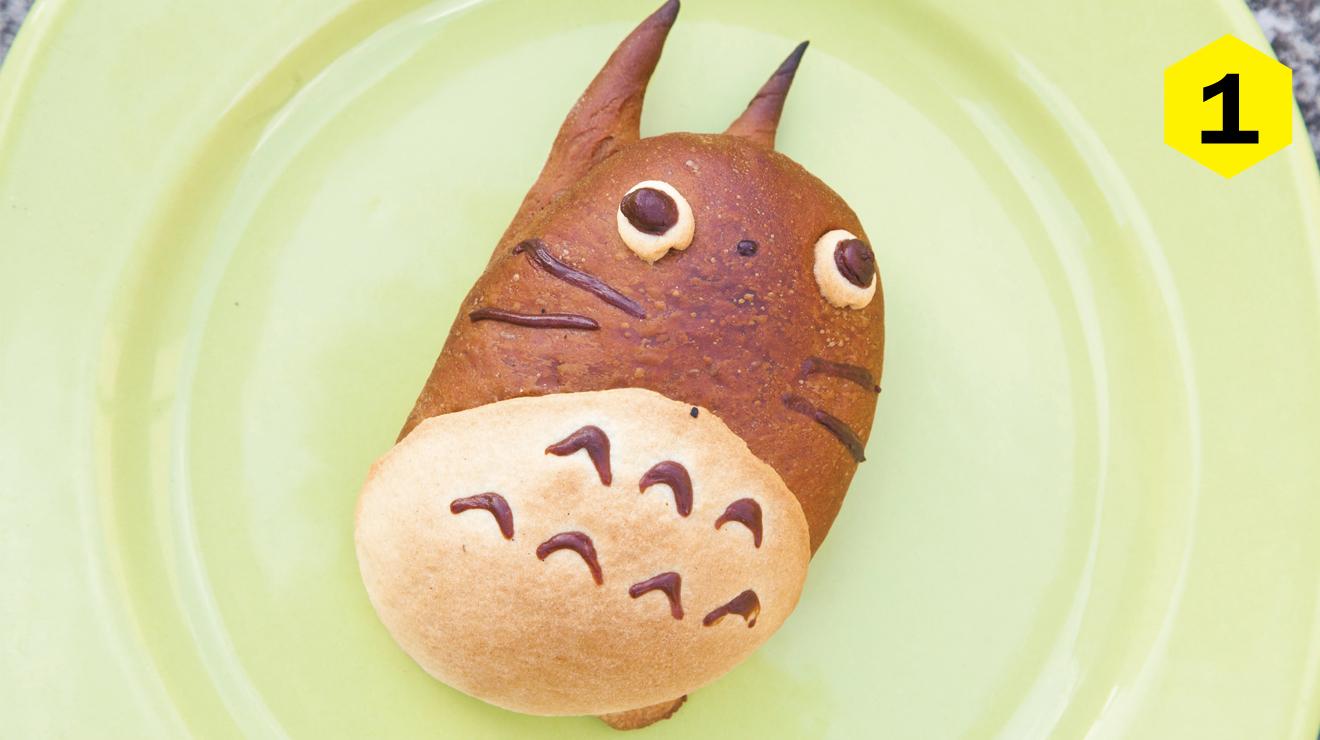 <p><strong>Qu&eacute; es:</strong> Pan de cocoa en forma de Totoro relleno de crema pastelera. &nbsp;</p> <p><strong>Pru&eacute;balo en:</strong> Marukoshi Bakery. Tokio 824, Portales. 2680 1625. Mar-s&aacute;b 12pm-2am.</p> <p><strong>Precio:</strong> $16. Su &eacute;xito ha sido tanto, que ya s&oacute;lo lo encuentras por pedido con meses de anticipaci&oacute;n.&nbsp;</p>