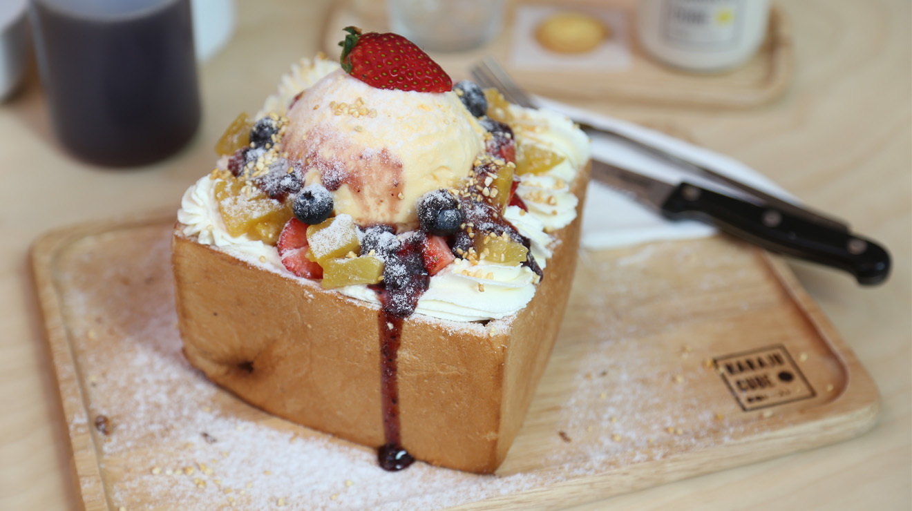 Toast + mini cubes of toast + honey + ice cream + assorted berries + whipped cream + chopped nuts at Haraju Cube