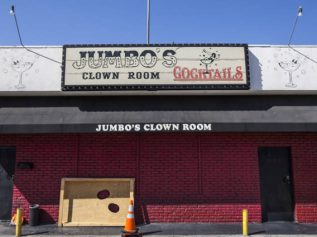 6 stages of a trip to Jumbo\'s Clown Room