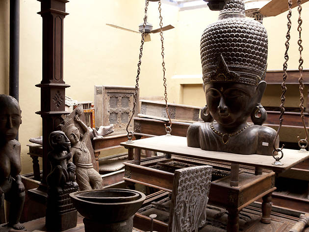 Where to shop for antiques in Colombo?