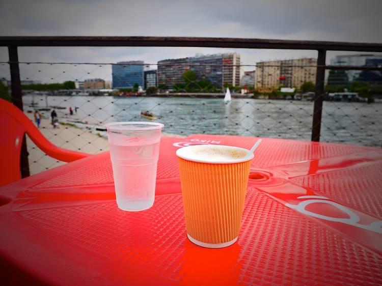 Un café crème avec vue sur la Seine?