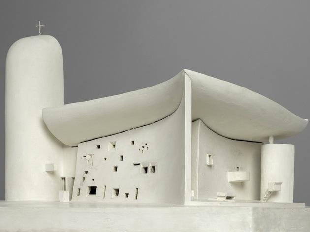(Chapelle Notre-Dame-du-Haut, Ronchamp, 1950-1955 / © Bertrand Prévost - Centre Pompidou, MNAM-CCI /Dist. RMN-GP / © F.L.C. / Adagp, Paris)