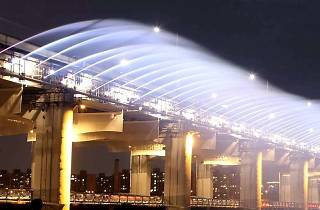 Banpo Bridge Moonlight Rainbow Fountain