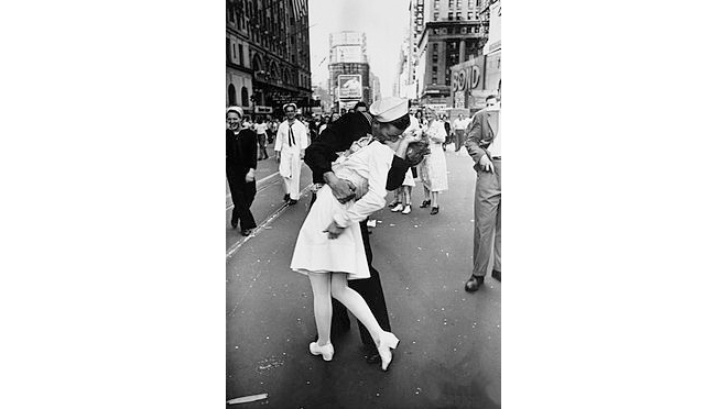 Alfred Eisenstaedt, V-J Day in Times Square, 1945