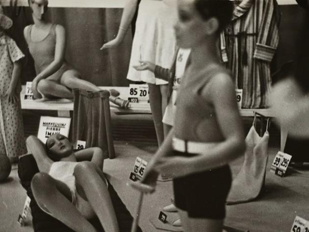 (Germaine Krull, 'Mannequins dans une vitrine', 1930 / © Estate Germaine Krull, Museum Folkwang, Essen)