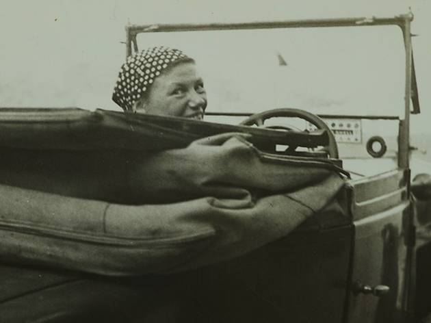 (Anonyme, 'Germaine Krull dans sa voiture', Monte-Carlo, 1937 / © Estate Germaine Krull, Museum Folkwang, Essen)