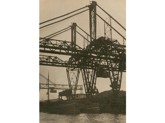 (Germaine Krull, 'Pont roulant, Rotterdam', Série 'Métal', vers 1926 / © Estate Germaine Krull, Museum Folkwang, Essen)