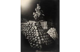 (Germaine Krull, 'Les Halles de nuit (en toute amitié à Van Ecke)', vers 1920 / © Estate Germaine Krull, Museum Folkwang, Essen)