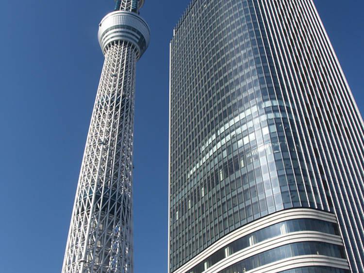高層タワーを見上げる。