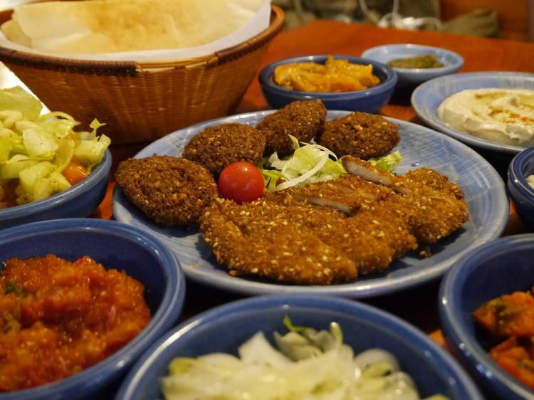 イスラエル料理は食べ放題で楽しむ。