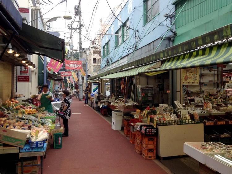 昔ながらの商店街を歩く。