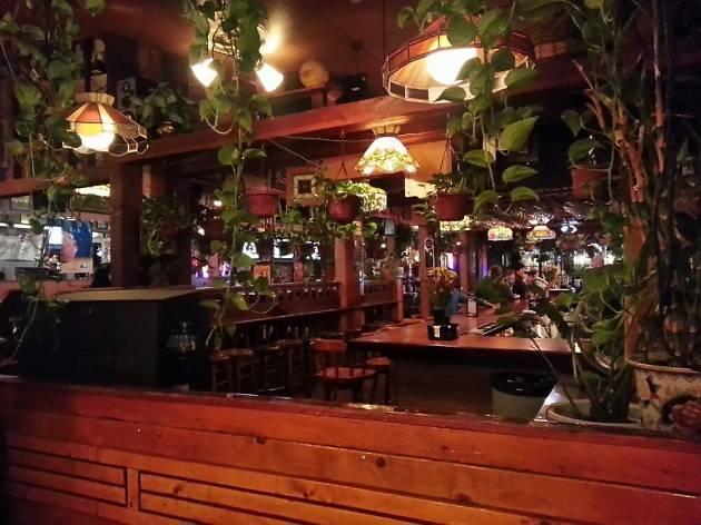 One of San Francisco's best sports bars, Yancy's Saloon
