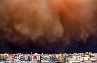 (Rizalde Cayanan: Sandstorm in the city, Kuwait 2011)