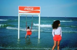 (Claude Nori, 'Tutto va meglio con Coca Cola', Rimini, 1983 / Courtesy de Claude Nori et galerie Polka, Paris)