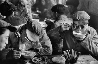 (Marc Riboud, 'La Cantine', Anshan, Chine, 1957 / Courtesy de Marc Riboud et galerie Polka, Paris)